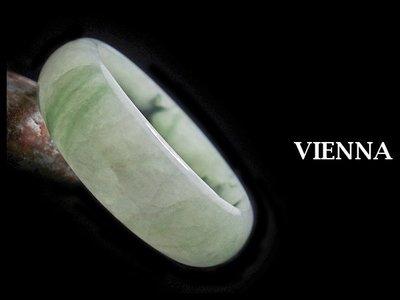 《A貨翡翠》【VIENNA】《手圍17.4/19mm版寬》緬甸玉/冰種芙蓉淡墨翠綠/玉鐲/手鐲D-717