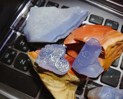 【巽玉閣】內蒙古阿拉善戈壁紫羅藍藍瑪瑙原石掛墜-小雕件,小掛件,奇石,藍玉髓,紫羅蘭,酒精藍