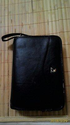 手提包,內有三大夾層,有拉鏈