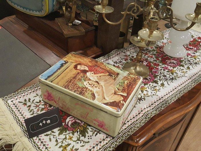 【卡卡頌 歐洲跳蚤市場/歐洲古董】歐洲老件_義大利 小狗 美女 鄉村 老鐵盒 餅乾盒 小物收納盒 m0522 提供租借✬