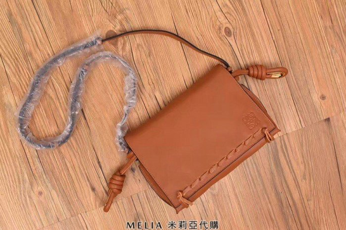 Melia 米莉亞代購 精品代購 2018ss 羅意威 LOEWE 斜背 單肩 穿繩包 義大利NAPPA皮革 絲綢 卡其