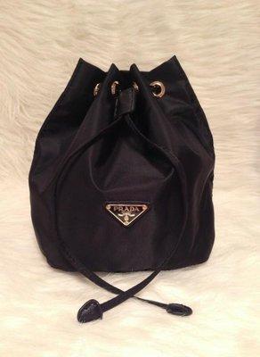 1220:)專櫃滿額禮 PRADA 經典尼龍 水桶包 奢侈款 經典 多用途 收納包 抽繩包 化妝包