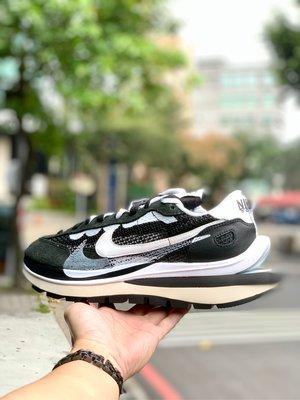 【Cheers】sacai x Nike Vaporwaffle Black/White 黑白 CV1363-001