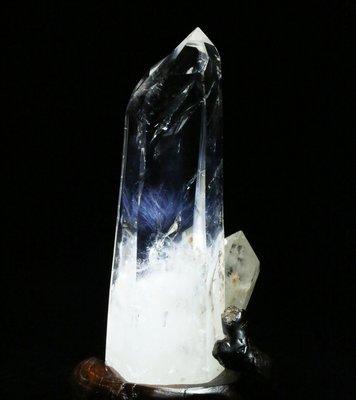 【水晶宮】天然藍針白水晶柱骨干擺件 超強能量顯性藍針白晶原石 1386克