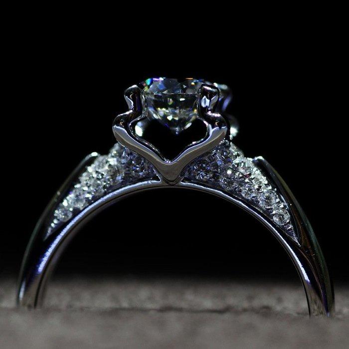 衣萊時尚-s925純銀鍍白金1克拉仿真鉆石金牛女戒指環鋯石情侶求婚生日禮物