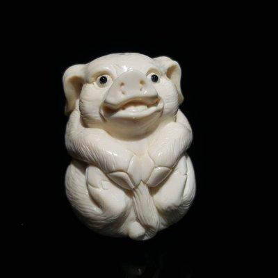666精品嚴選~長毛象牙冰凍雕 (非保育類) 精雕 豬寶寶   (一元起標)A65