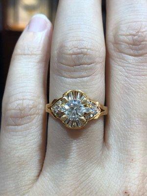總重1.28克拉天然鑽石戒指,豪華戒台,出清特賣價68000,主鑽托高設計,讓鑽更大更豪氣