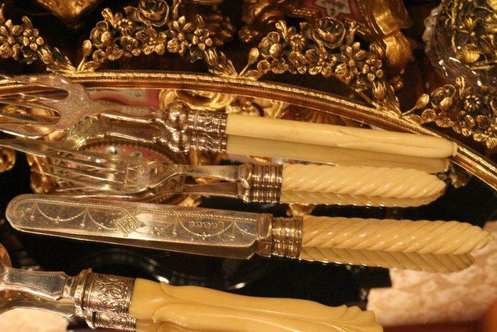 【家與收藏】特價稀有珍藏歐洲百年古董英國珍貴手工維多利亞時期獸骨銀雕花刀叉