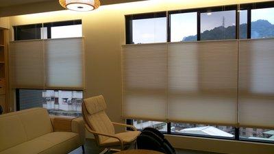 賞心悅目專業窗簾訂製安裝:歐風上下拉式單蜂巢風琴簾.(繩拉半自動繩拉式).上下可自由控制ㄡ~