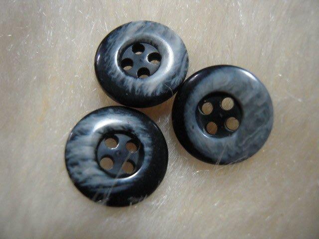 ※布箱子※ 縫紉拼布手作配件~扣子.鈕扣.釦子(DT660)~四孔~15mm~剩最後3個