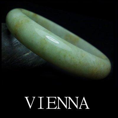 《A貨翡翠》【VIENNA】《手圍19.5/13mm版寬》緬甸玉/冰種雲彩嫩豆奶油/玉鐲/手鐲G*+032