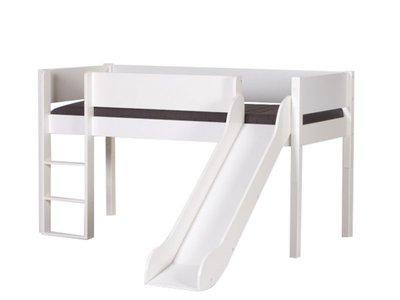 Manis-h mid-High Beds 中高床兒童房配置樓梯及滑梯。