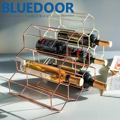 BlueD_紅酒架 玫瑰金 金色 酒架 鐵藝 蜂巢幾何 收納格 餐廳 廚房收納 網美風 簡約 設計 裝潢 新居入遷 禮物