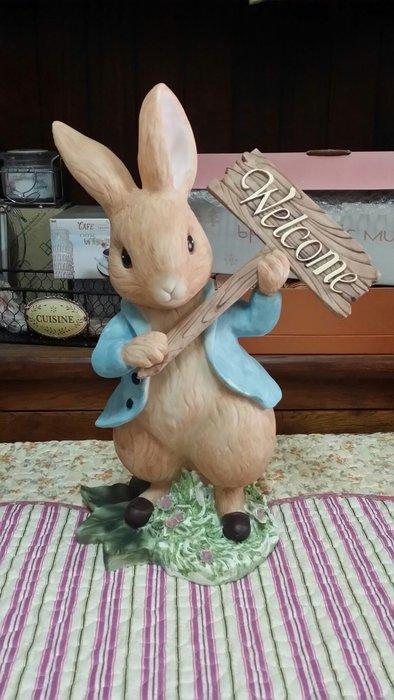 美生活館--比得兔Peter Rabbit -藍色兔子手拿歡迎牌撲滿擺飾存錢筒送禮生日服飾咖啡寵物民宿餐廳花園佈置陳列店