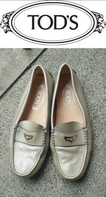 義大利經典名牌~【TOD'S】銀色舒適軟皮豆豆鞋 38.5號~GK