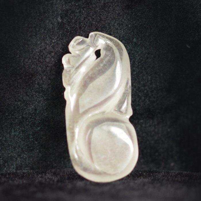 晶鑽小墜【紀孝莊】092010   冰種玻璃翠放光白翡墜  2.6x1.2x0.4cm  重2.5g