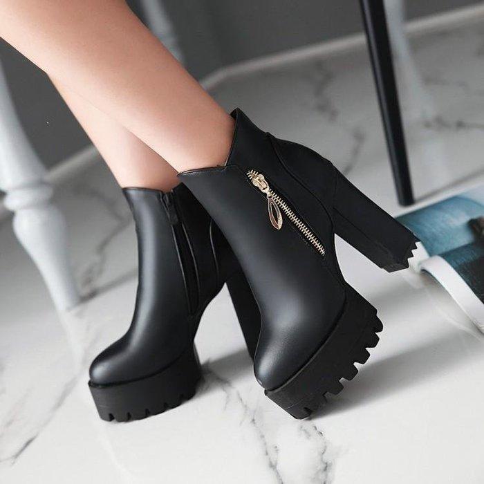 【星居客】精美女鞋大小碼女鞋潮  歐美短靴粗跟厚底防水臺超高跟馬丁靴女英倫風40-43大碼單靴S932