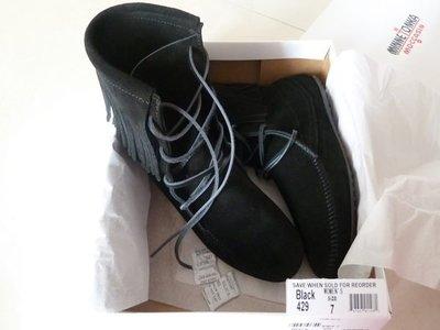 【全新正貨私家珍藏】美國 Minnetonka TRAMPER ANKLE HI BOOT 流蘇綁帶麂皮短靴 ((現貨)) 型號:429