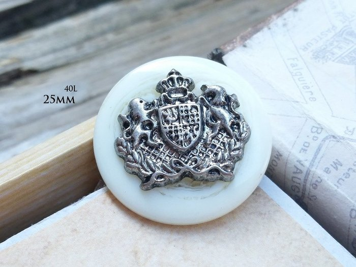 DAda緞帶‧I45141-25mm優質.白石紋皇家銀徽章鈕扣飾釦1個$12