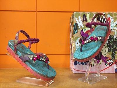 【阿典鞋店】**Macanna**麥坎納專櫃~繆斯系列~縫飾鑽~黃牛皮+羊皮~不對稱~夾腳涼拖鞋63017P