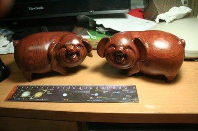諸羅山人~~~罕見 海南黃花梨雕 豬;; 假的;; 是紫檀柳雕成的假海南黃花梨