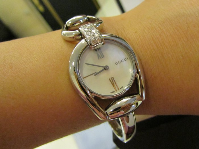 GUCCI Horsebit 馬銜鍊手鐲 12顆鑽石 珍珠母貝錶  面藍寶石水晶鏡面 真鑽手鐲腕錶-珍珠貝/27mm