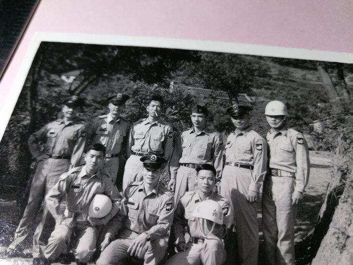 40~50年代 山林老建築 憲兵軍裝 軍人帥哥們合照 銘馨易拍重生網PSS765 背景寫實老照如圖(1張ㄧ標,珍藏回憶)