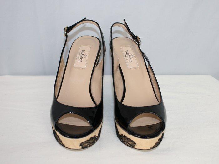 海洋工坊二手名牌旗艦店~VALENTINO 黑漆皮淺楦蕾絲楔型鞋(Size:36 1/2)