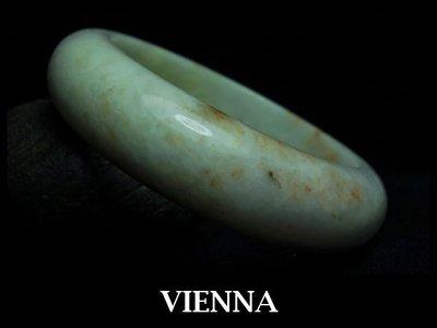 《A貨翡翠》【VIENNA】《手圍18.1/17mm版寬》緬甸玉/冰種古典奶豆綠飄藏蜜/玉鐲/手鐲Z*019