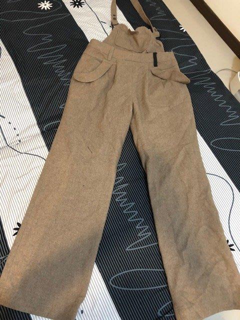 小花別針、百貨專櫃【 GOZO】卡其色復古吊帶褲