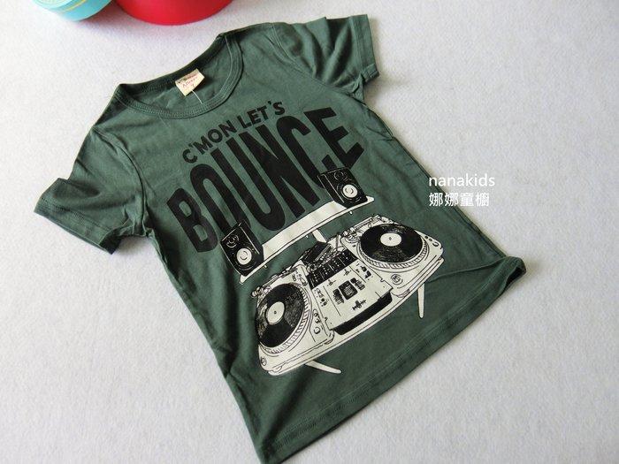 出清夏日款。男童裝。韓版收音機圖案棉柔T恤 短袖T恤  (軍綠色) 現貨~nanakids娜娜童櫥