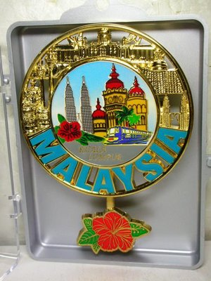 L皮商旋.少見全新附盒馬來西亞首都吉隆坡(kuala lumpur)鍍金合金鐘擺造型浮雕吊飾!