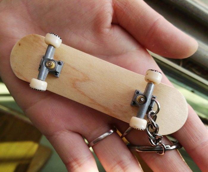 迷你楓木手指滑板鑰匙扣高檔玩具雙翹指尖滑板鑰匙可隨意塗鴉 生日禮物—莎芭