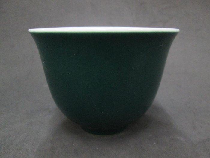 《福爾摩沙綠工場》@ 單色釉瓷杯-墨綠,底款:上海市博物館 一九六二年,容量120CC 特價650元。