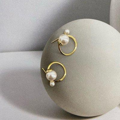 賓士印象~SASSY ACC兩種戴法/簡約百搭氣質珍珠設計款扭曲半圓環銀針耳釘女