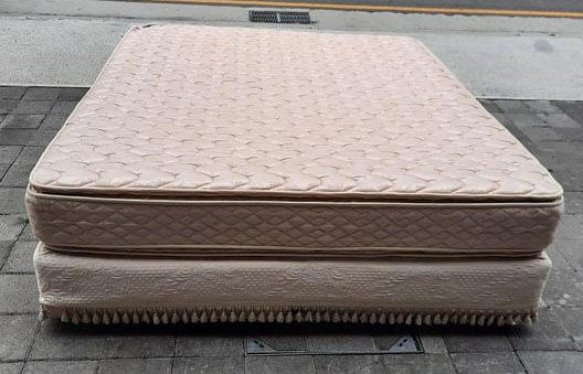 【樂居二手家具館】台中西屯2手傢俱家電拍賣 B0106GJJ 雙人加大7尺床組(床墊加床底) 彈簧床 套房家具拍賣