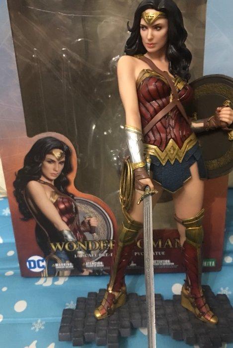 正版神力女超人。 只有一隻 9成9新。少一把短劍 限量收藏價$3900   大型