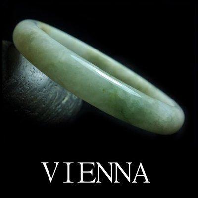 《A貨翡翠》【VIENNA】《手圍18.8/11mm版寬》緬甸玉/冰種迷人豆綠彩金礦/玉鐲/手鐲J*-034