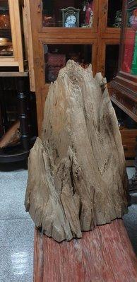 眾藝苑~山脈型風化木擺件,木料為台灣檜木。尺寸:底41×35×高52公分。