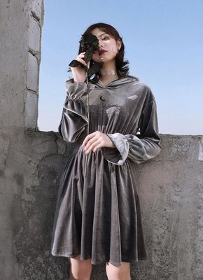 【黑店】原創設計 訂製款銀灰色絲絨喇叭袖高腰洋裝 個性刺繡洋裝訂製款洋裝 絲絨連帽洋裝SG147