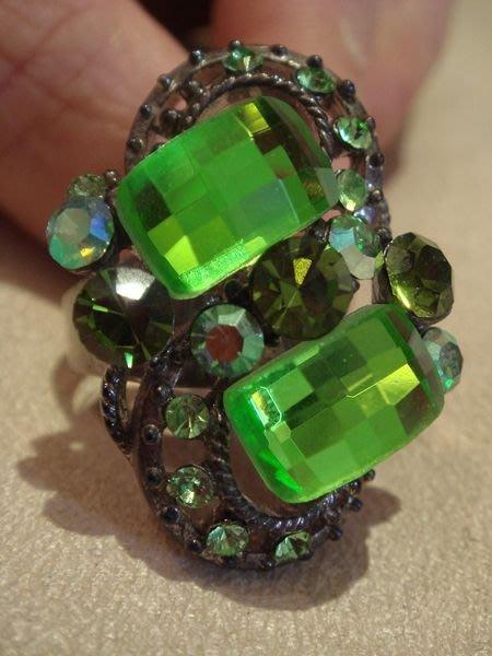 全新從未戴過的綠色戒指,可調戒圍,無底價!免運費!