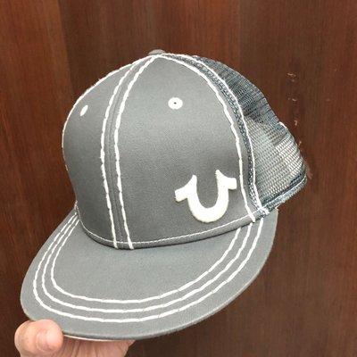 新光三越購入 True Religion 正版滑板帽 板帽 灰色白logo 粗縫針造型 男女可戴 後面網帽造型 百搭 二手 約對折賣