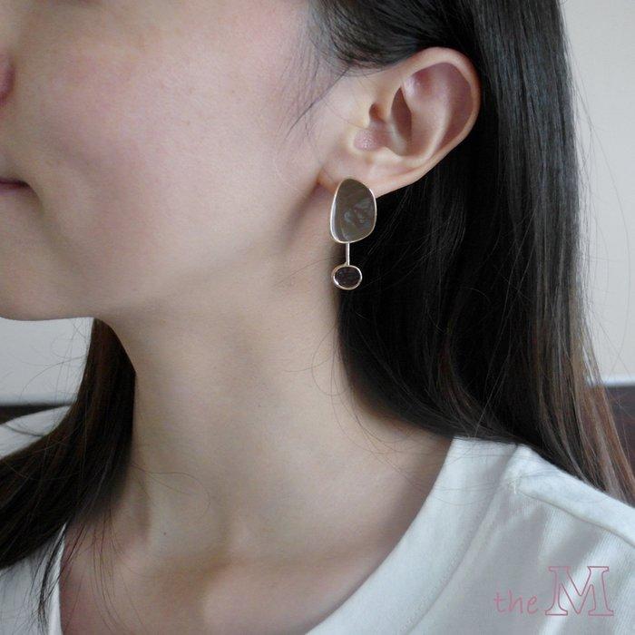 The M 正韓 不對稱 點點 造型耳環-兩色-抗過敏 鋼針