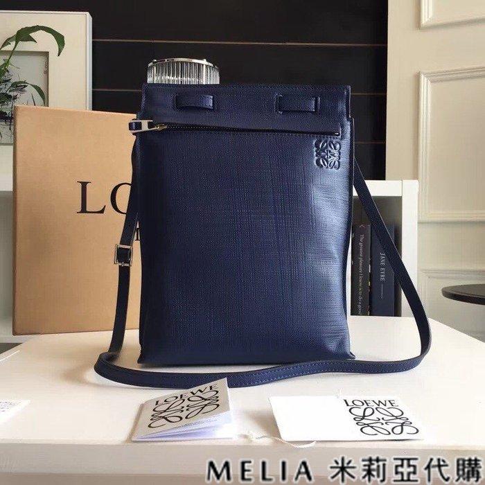 Melia 米莉亞代購 美國精品代購 LOEWE 羅意威 男式款 斜背包 郵差包 拉鍊閉合 體積小 大容量 深藍色
