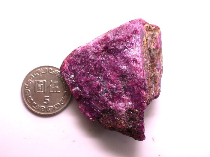 ((瑪奇亞朵的珠寶世界)) 少見的超大顆紅寶石原礦(無燒無處理)  279.66CT 特價1元起標