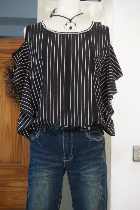 [C.M.平價精品館]均碼現貨出清特價/雙排閃鑽領飾黑白直紋遮肉顯瘦性感露肩修飾手臂線條飛袖上衣