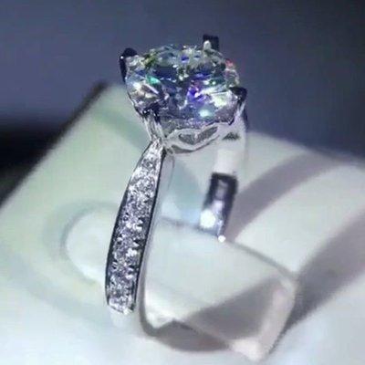 莫桑鑽寶一克拉求婚戒指鑽戒圓夢鑽石925銀包厚白金高碳鑽媲美真鑽肉眼難辨 百年經典愛心四爪微鑲鉑金質感 十心十箭極光仿真