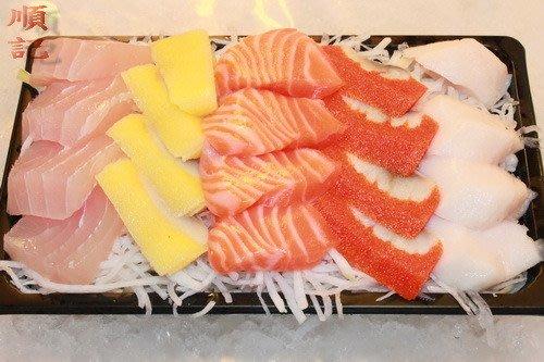 東港順記    超鮮 綜合生魚片 (現撈)  旗魚 海鱺  鮭魚 黃金魚卵(可客製化搭配)  1盒$350