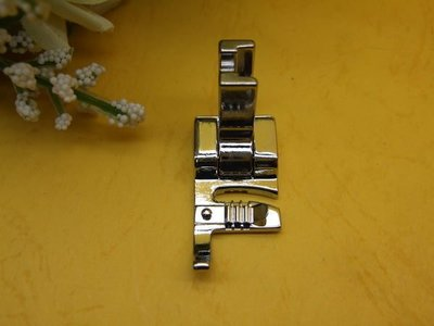 《L型穿繩壓布腳》適用舊式傳統縫紉機,車樂美、勝家、兄弟牌縫紉機