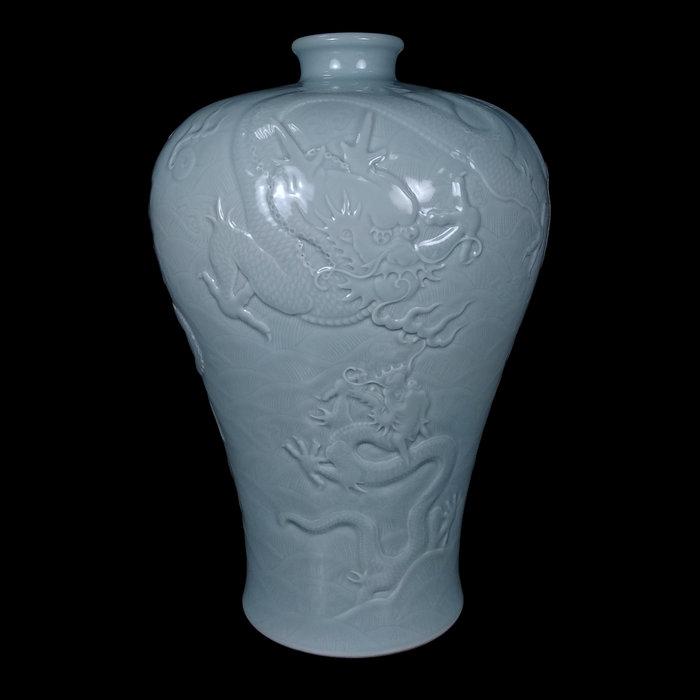 《博古珍藏》清乾隆.粉青釉淺浮雕五龍圖梅瓶.早期收藏.老件文物.花瓶瓷器.附錦盒.國際拍賣級.底價回饋